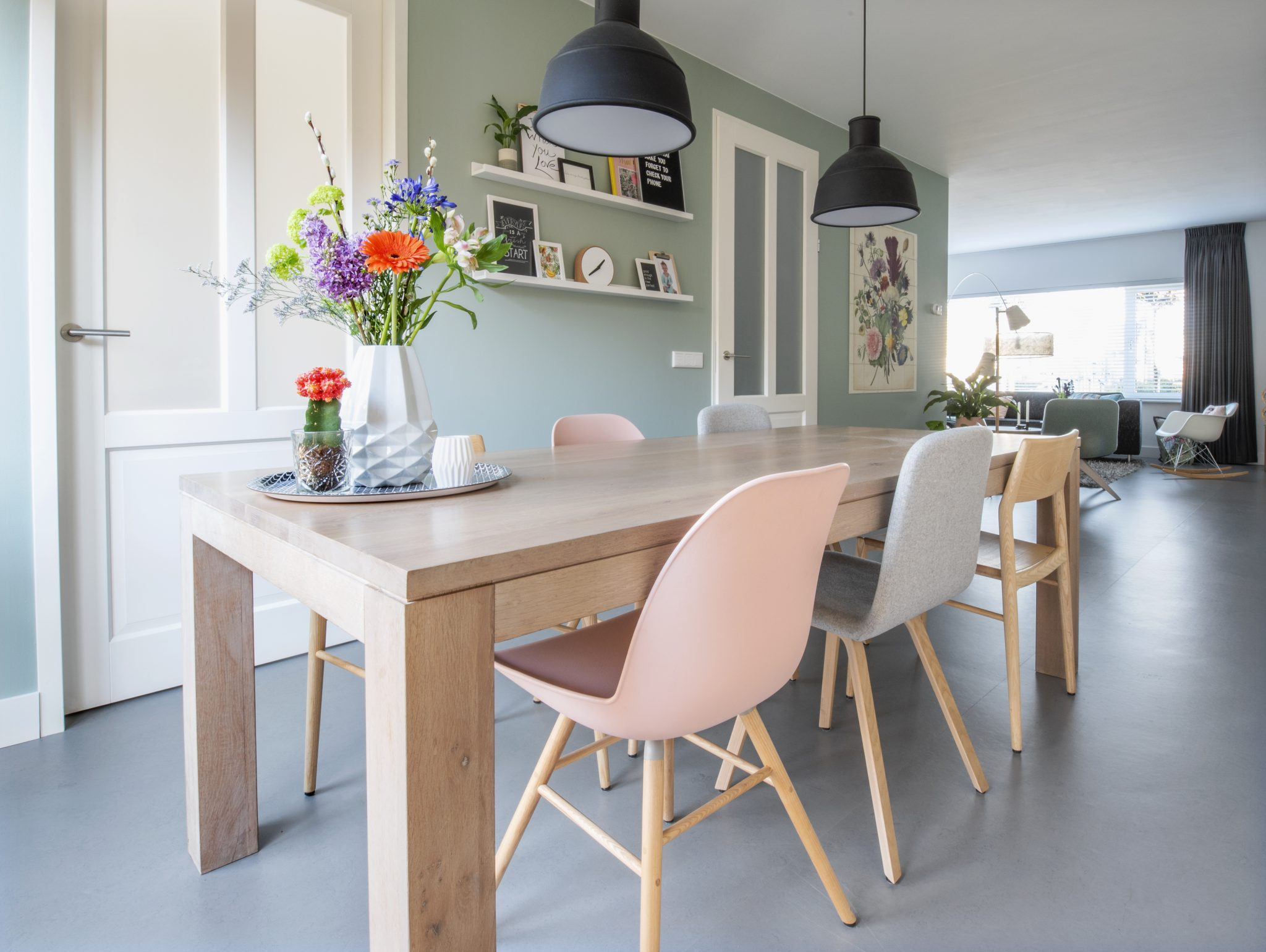 eettafel_verschillende_stoelen_interieur_styling_advies