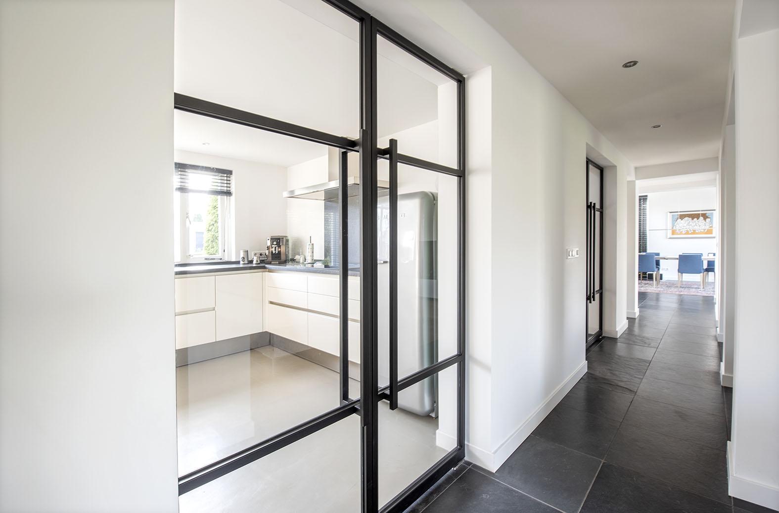 entree hal interieuradvies Den Bosch Engelen zwart stalen deuren zwarte trap kleuradvies vrijstaande woning stylen