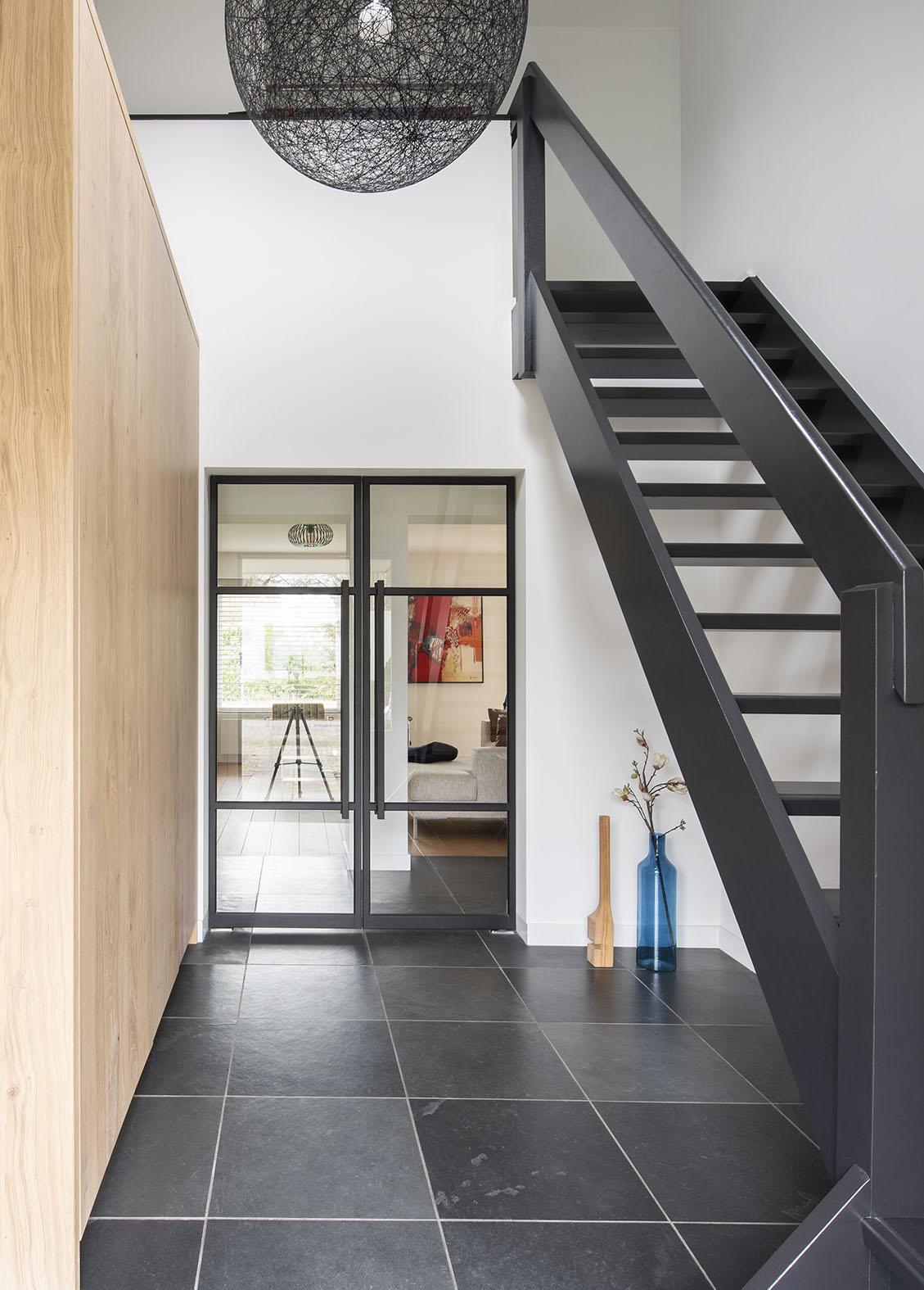 entree hal interieuradvies Den Bosch Engelen zwart stalen deuren zwarte trap kleuradvies maatwerk kast