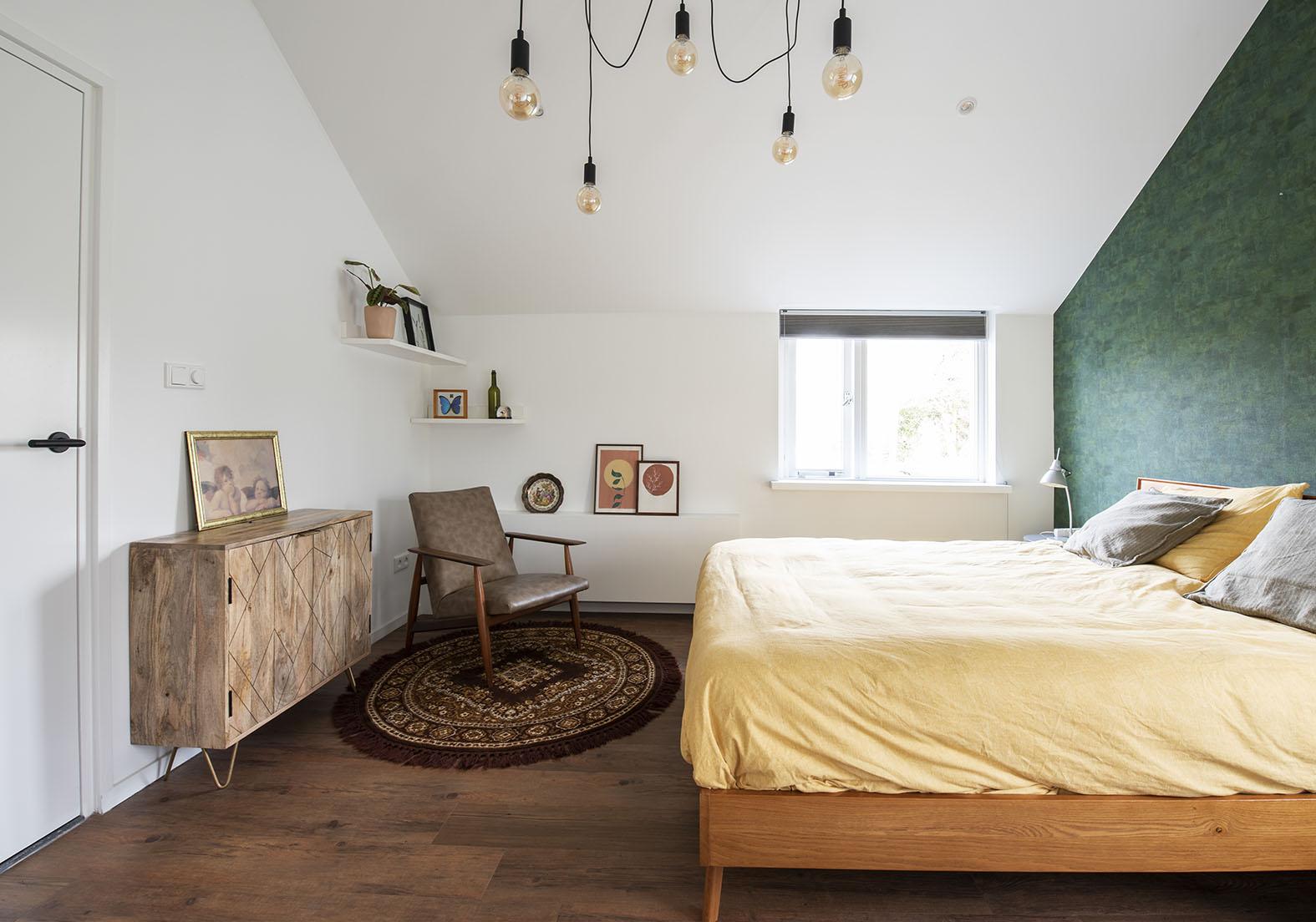 Slaapkamer vintage interieuradvies slaapkameradvies Den Bosch groen behang kleine zolder slaapkamer schuin dak