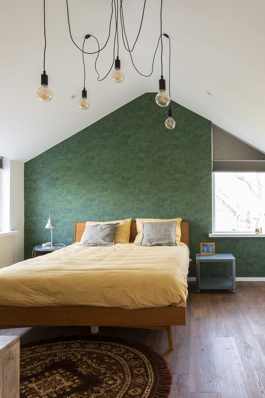 Slaapkamer vintage interieuradvies slaapkameradvies Den Bosch groen behang kleine zolder slaapkamer schuin dak interieurontwerp