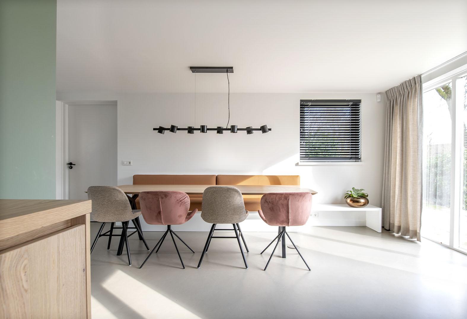 Grote woonkeuken groen interieuradvies Den Bosch Engelen stylen eetbank op maat maatwerk studio Henk eettafel
