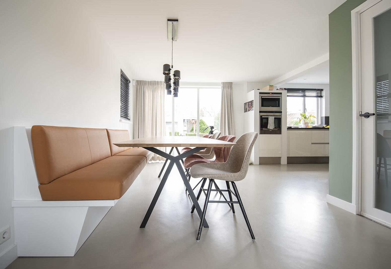 Moderne woonkeuken groen interieuradvies Den Bosch Engelen stylen eetbank op maat maatwerk studio Henk eettafel kussens op maat